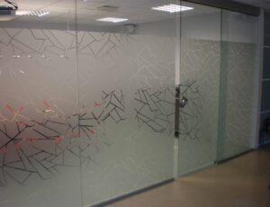 Nõupidamisruumi klaaspindade katmine disainkiledega